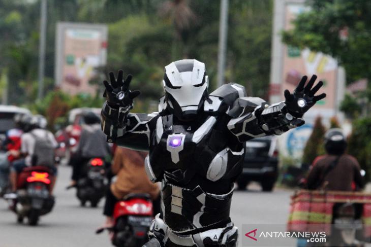 Atraksi Iron Man Hibur Warga Pontianak