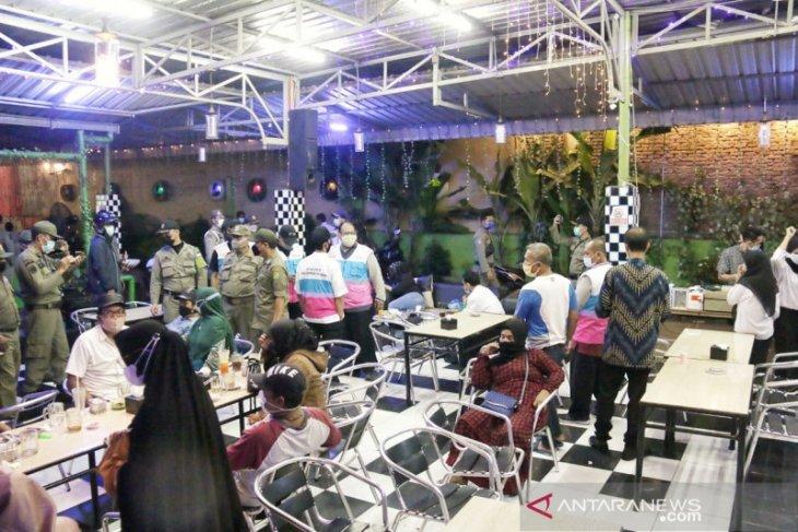 Pemkot Medan bubarkan pengunjung kafe yang melebihi jam operasional