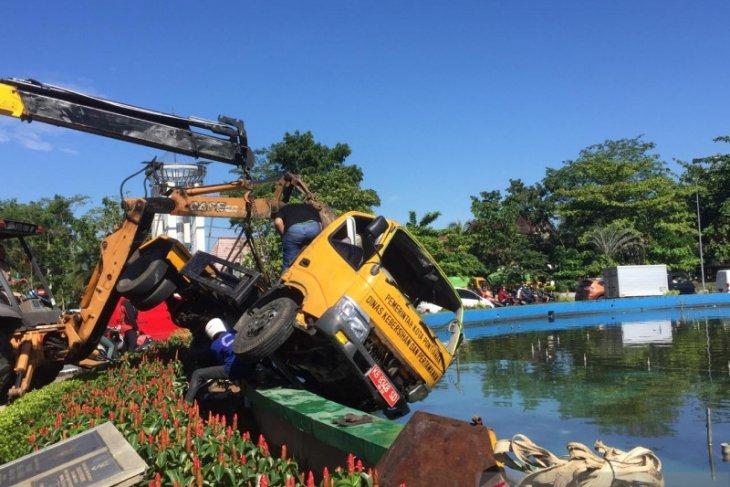 Polisi selidiki penyebab masuknya truk pengangkut sampah ke kolam air mancur