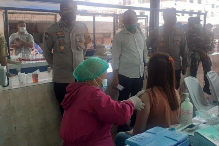 Polri-TNI-Pemkot Binjai lakukan vaksinasi bagi pedagang pasar