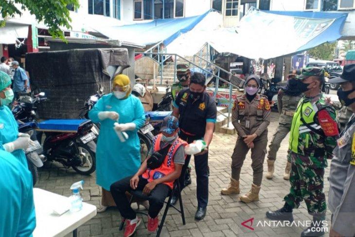 Tukang jahit dan Juru Parkir Pasar Garuda Barabai di swab antigen