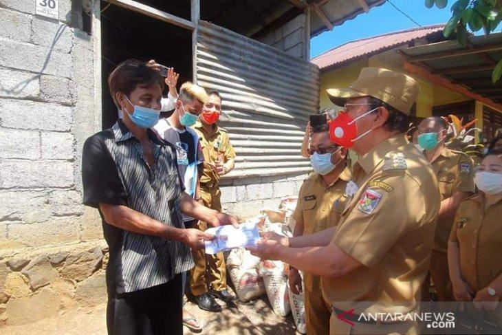 Bupati Minahasa serahkan bantuan sosial di Mandolang-Pineleng