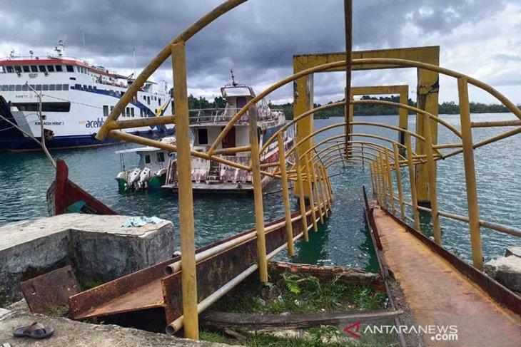 Dermaga kapal cepat di Pulau Simeulue ambruk