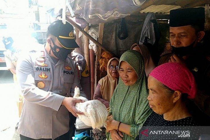 Polisi di daerah ini hadiahi ayam untuk Lansia yang mau divaksin COVID-19