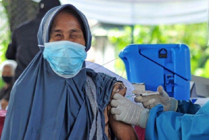Vaksin Covid-19 massal bagi lansia di Jambi