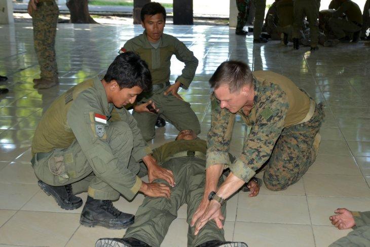 Marinir Indonesia dan AS juga latihan bersama pengetahuan pertolongan korban perang