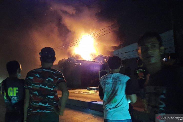 Toko bahan bangunan di  Cangkudu Tangerang terbakar