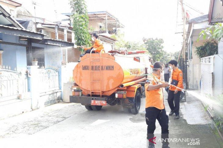 Petugas semprotkan disinfektan di Villa Mutiara Gading 1 Bekasi yang jadi  klaster COVID-19