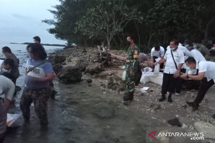 Lanal Banten serahkan barang bukti baby lobster ke BKIPM Banten untuk di lepaskan