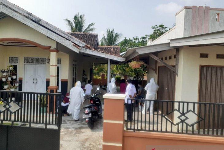Usai berwisata, empat keluarga di Karawang positif COVID-19
