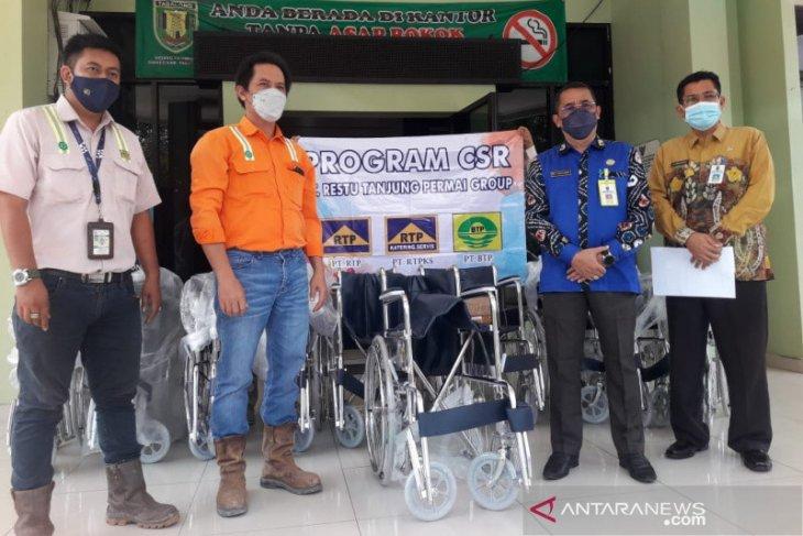 PT RTP serahkan bantuan kursi roda ke Dinkes Tabalong