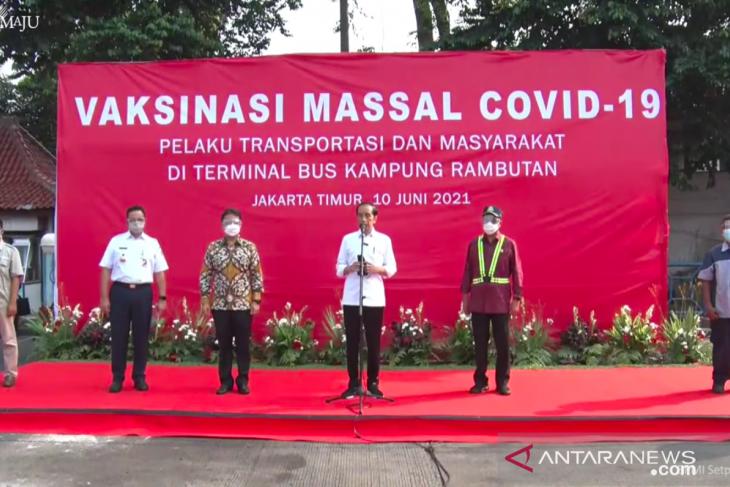 Jokowi witnesses vaccination drive for bus drivers at Kampung Rambutan