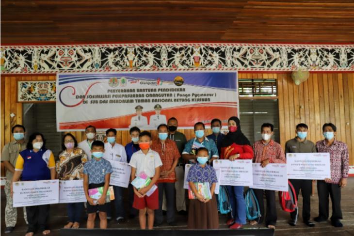 TNBKDS Kapuas Hulu serahkan bantuan pendidikan ke sejumlah sekolah di pedalaman
