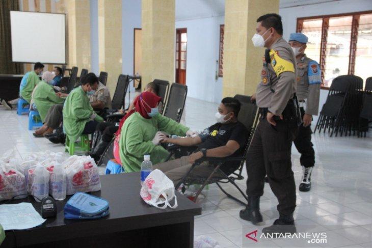 Hari Bhayangkara, personel Polres Jember sumbang stok darah PMI