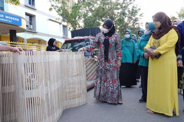 PKK Kalsel bagikan seribu masker di HSU