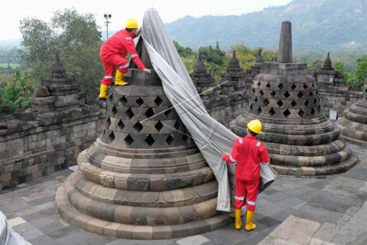 Pembukaan terpaulin penutup stupa Candi Borobudur