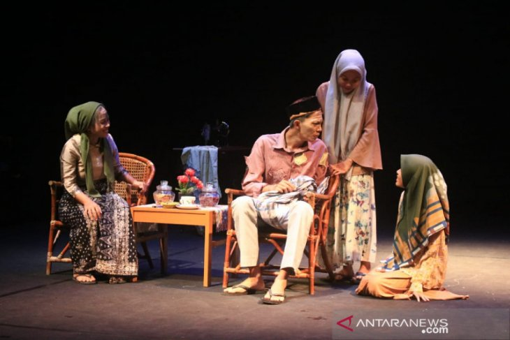 Bangkitkan Semangat Generasi Muda Teater Jambi, FKIP Unbari Gelar 'Ayahku Pulang' di TBJ