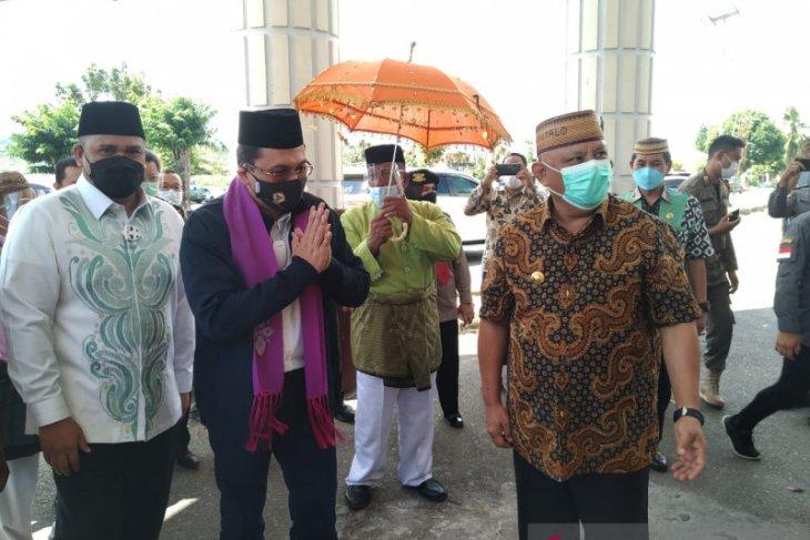 Ketua BPK RI menerima penyambutan adat saat berkunjung ke Gorontalo