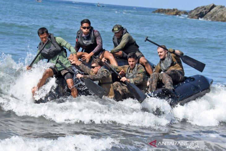 Marinir Indonesia dan AS berlatih dayung tembus gelombang di Banyuwangi