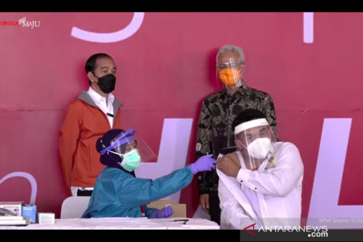 Presiden Jokowi saksikan vaksinasi bagi 1.000 warga di Pelabuhan Tanjung Emas