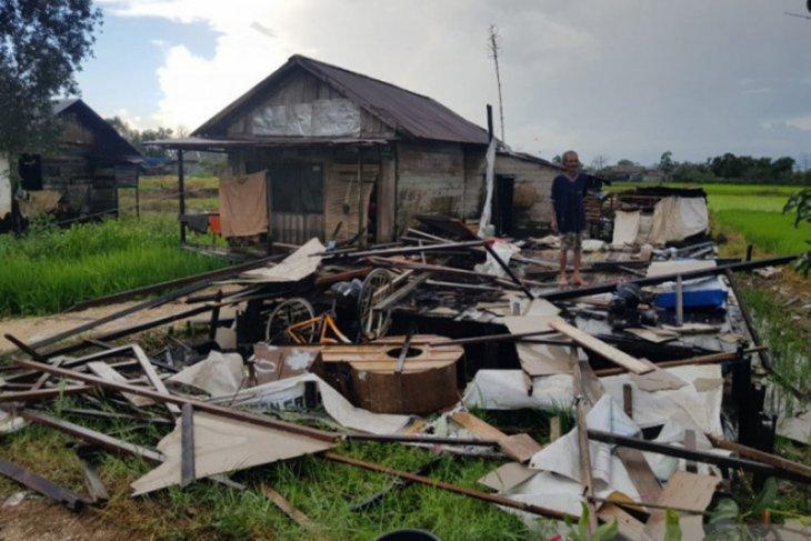 Tornado damages houses in Martapura Barat