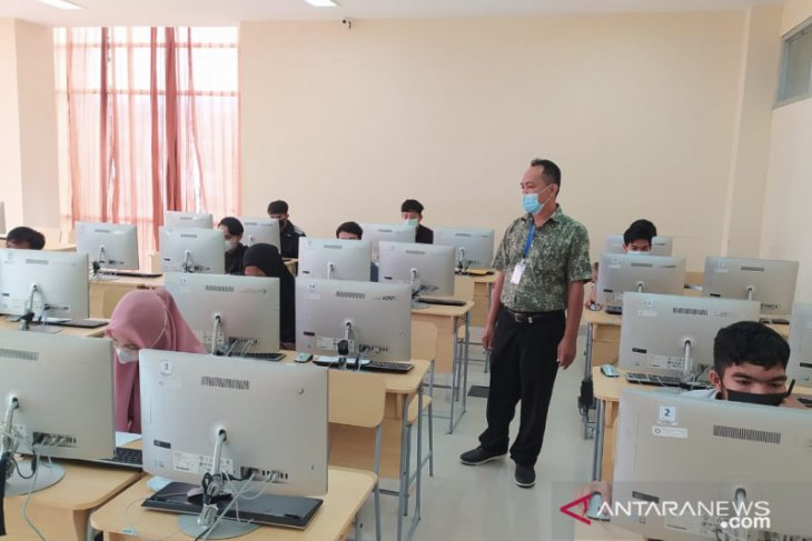 Ratusan peserta ikut UTBK SBMPN 2021 Politeknik Negeri Sambas