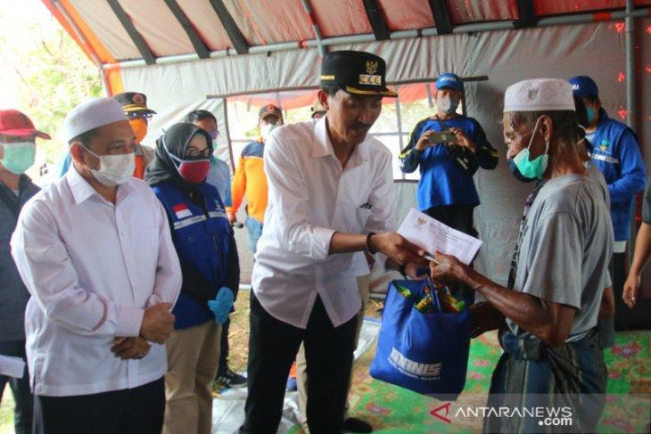 Banjar Regent hands over aid to Penggalaman tornado victims