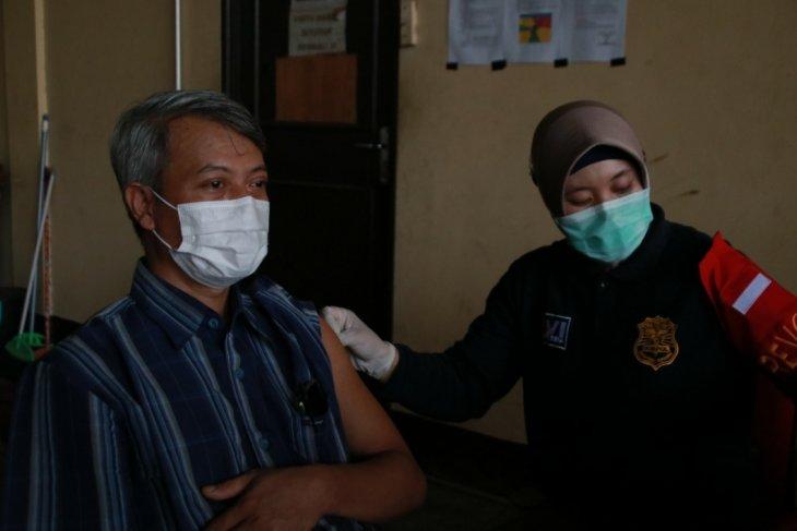 Polda Kalbar menggelar vaksinasi COVID-19 massal dukung program pemerintah