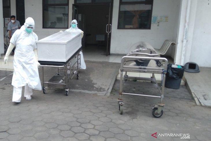 Warga Karawang dirawat dan isolasi mandiri bertambah puluhan orang