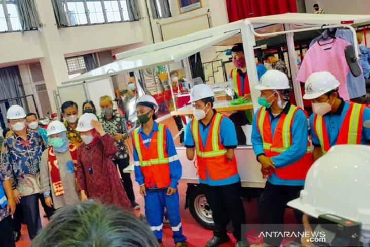 Mensos tinjau balai perakitan sepeda motor khusus bagi disabilitas di Bogor
