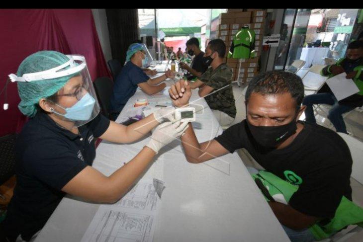 Vaksinasi ojek online di Denpasar