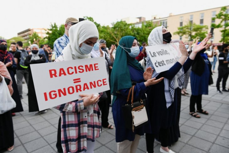 Lawan Islamfobia ratusan orang hadiri pemakaman keluarga Muslim Kanada