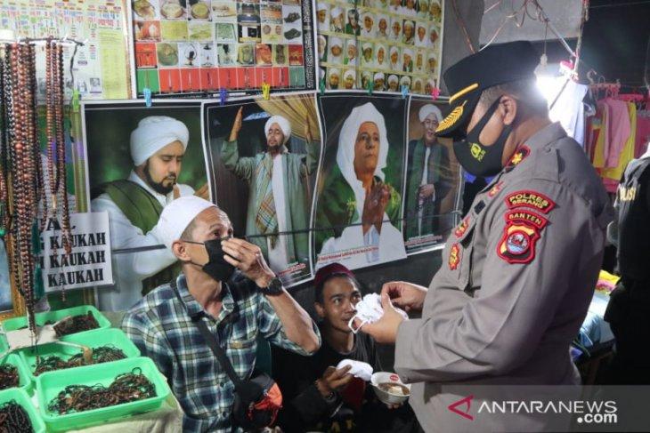 Polres Serang bagikan masker pada jemaah Khaul Syekh An-Nawawi Al Bantani