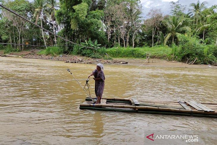 Akibat jembatan darurat kembali putus, warga gunakan 'Lanting' untuk menyebrang