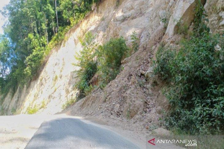 Material longsor di jalan Panyabungan Timur ganggu pengguna jalan