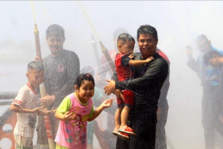 Tradisi mandi Peh Cun