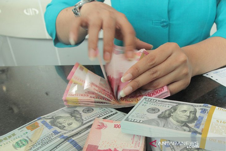 Rupiah melemah seiring penguatan dolar dan  peningkatan kasus COVID-19