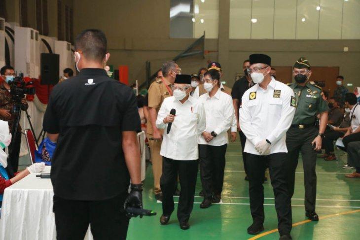 Wagub Banten dampingi Wapres Maruf Amin tinjau vaksinasi massal di Tangsel