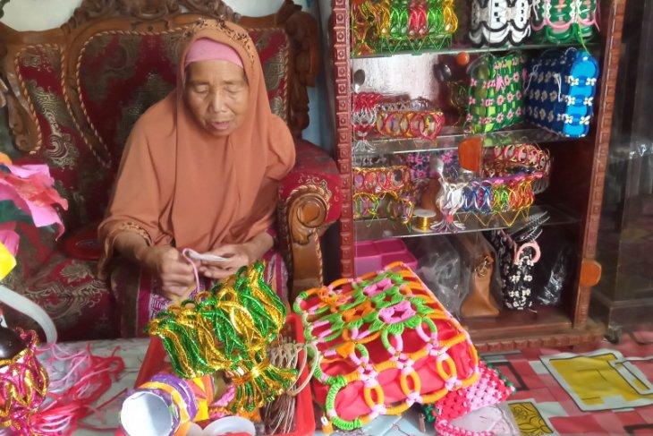 Kisah lansia Misnar yang tetap produktif di usia senja