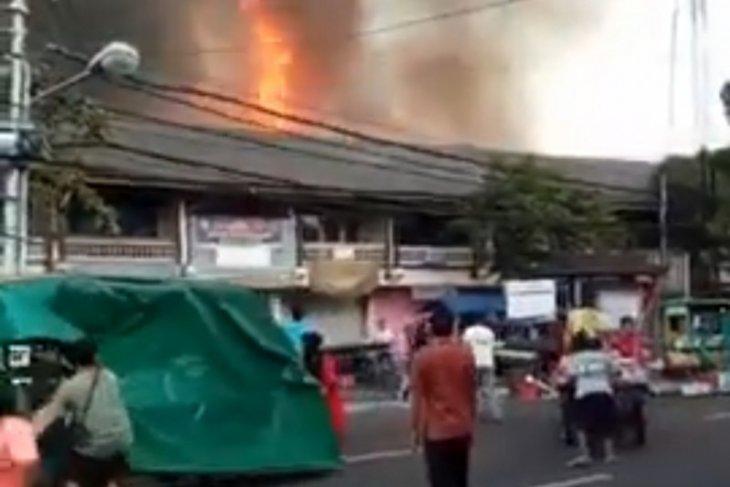 Petugas berupaya padamkan kebakaran pasar Blahbatuh-Gianyar