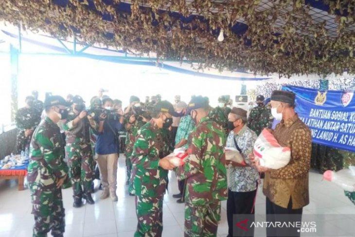 Pangkoopsau I salurkan bantuan sosial kepada warga sekitar AWR Buding
