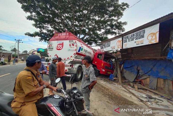 Sopir mengantuk, truk tangki BBM hantam rumah toko di Aceh Timur