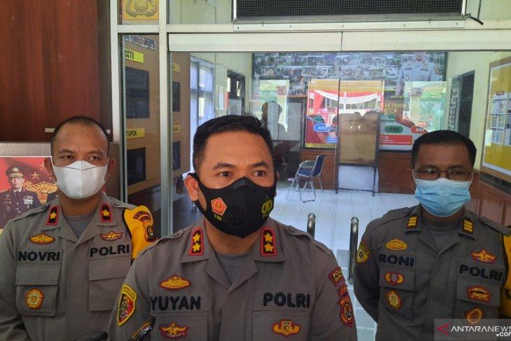 Polsek Jaluko terima penyerahan senapan Mauser dari seorang warga