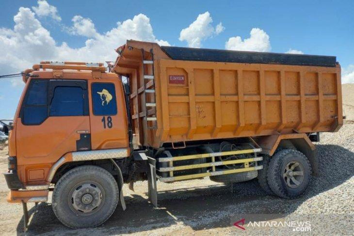 Seorang pekerja meninggal terhimpit truk proyek