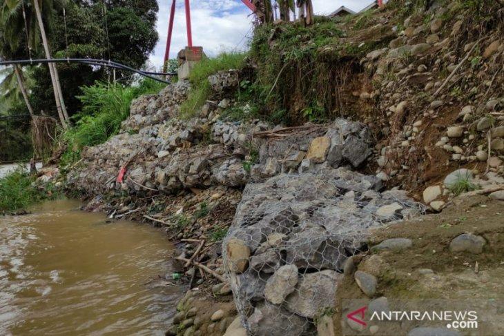 Antisipasi longsor warga Desa Baru buat bronjong penahan air