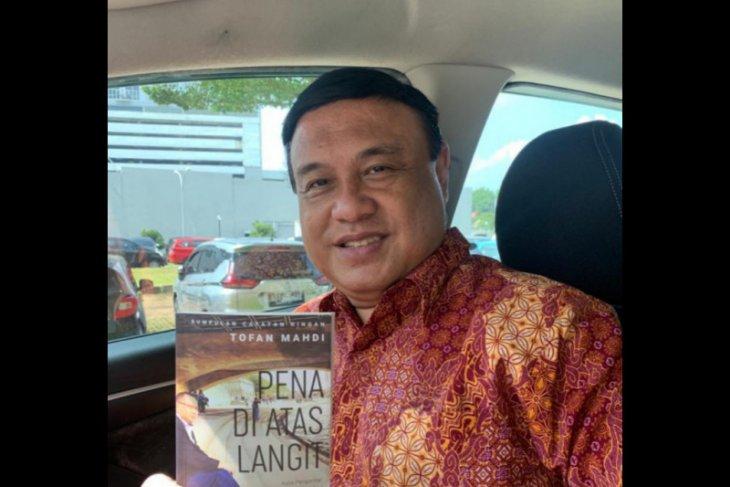 """Pena di Atas Langit"" : interesting, inspiring, and motivating (Resensi buku)"