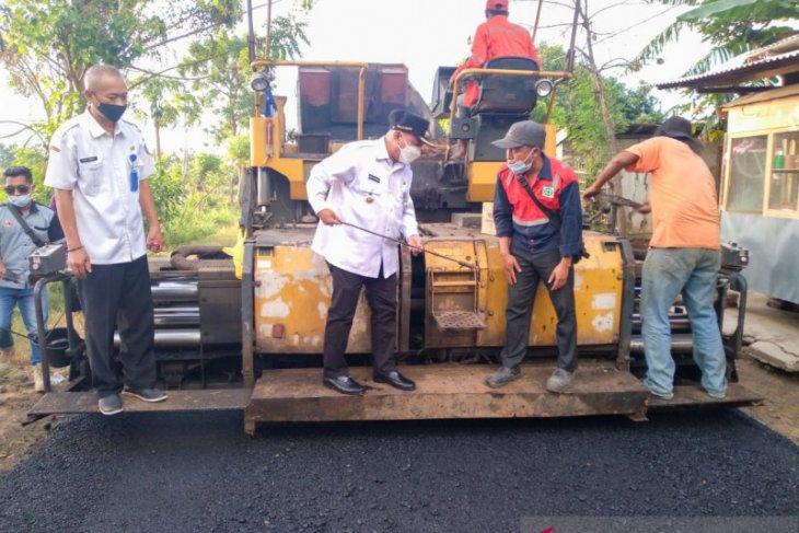 Bung Karna pantau langsung uji coba pengaspalan jalan desa di Situbondo
