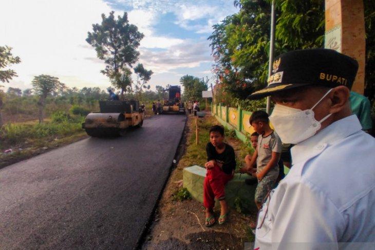Uji coba pengaspalan hotmix jalan di desa Situbondo