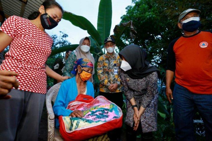 Bupati Banyuwangi beri bantuan korban tanah longsor