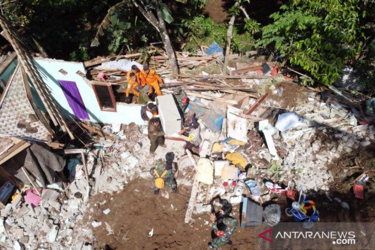 Tiga rumah roboh dan satu meninggal akibat longsor di Kabupaten  Banyuwangi